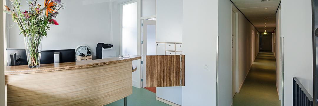 Foto van de receptie van Huisartsencentrum Pniël.