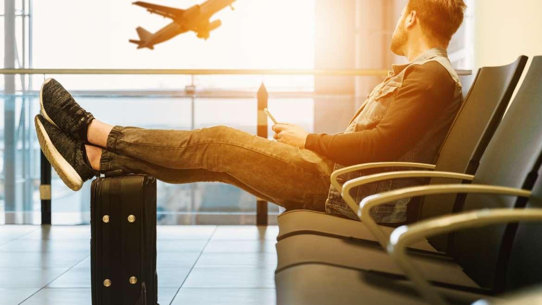 Rechtenvrije foto van man op vliegveld door Jeshoots via Unsplash.