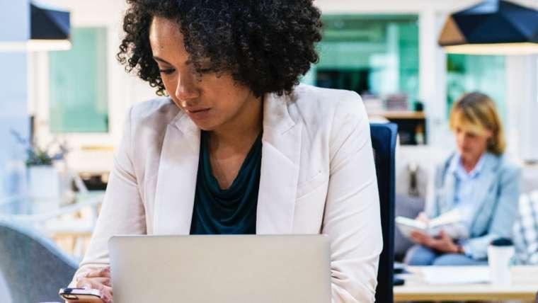 Rechtenvrije foto van dame achter laptop van Rawpixel via Unsplash.