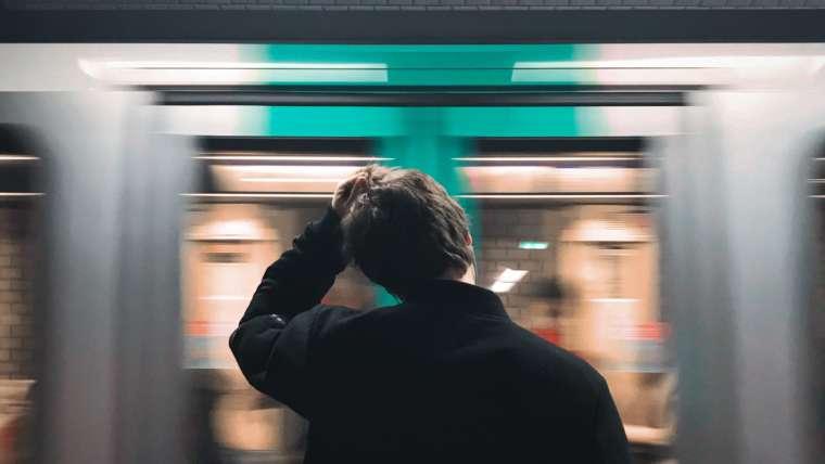 Rechtenvrije foto van man die metro mist door Fabrizio Verrecchia via Unsplash.