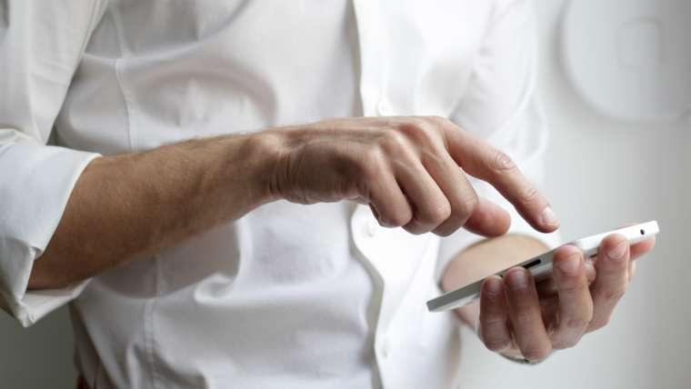 Rechtenvrije foto van man met telefoon van Nordwood via Unsplash.