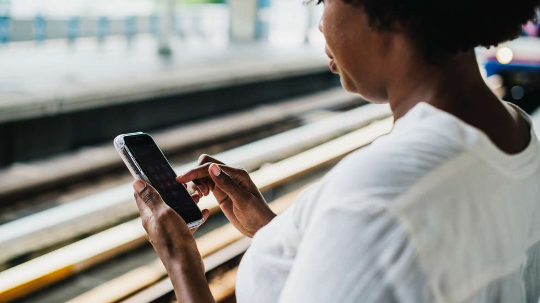 Rechtenvrije foto van vrouw met telefoon van Rawpixel via Unsplash.