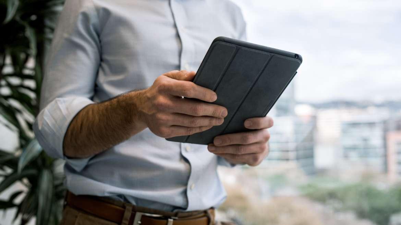 Rechtenvrije foto van iemand met een tablet door Tyler Franta via Unsplash.