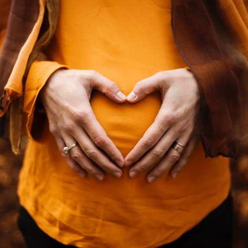 Rechtenvrije foto van zwangere vrouw door Alicia Petresc via Unsplash.