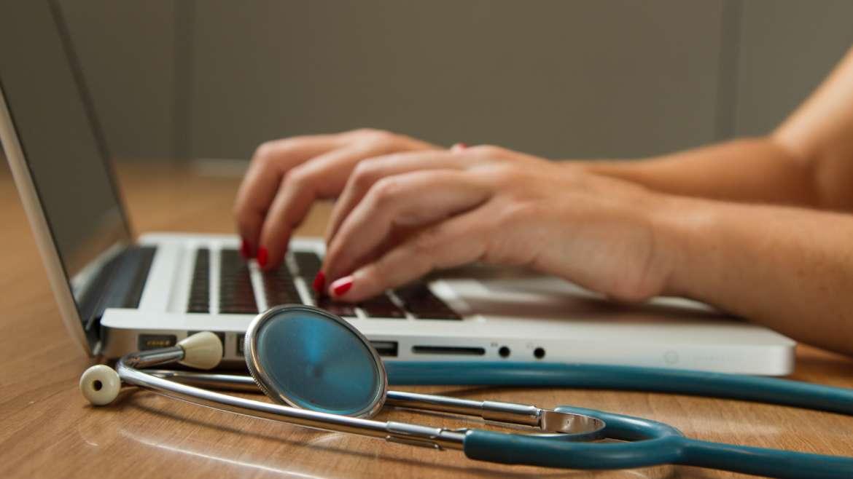 Rechtenvrije foto van een arts en een laptop van het NCI via Unsplash.